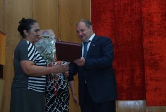 В Карачаево-Черкесии размер материального вознаграждения при вручении Почетного знака «Материнская слава» увеличен втрое