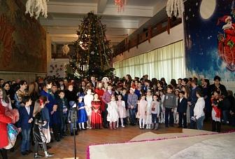 Отличники учебы побывали на новогодней елке Главы Карачаево-Черкесии